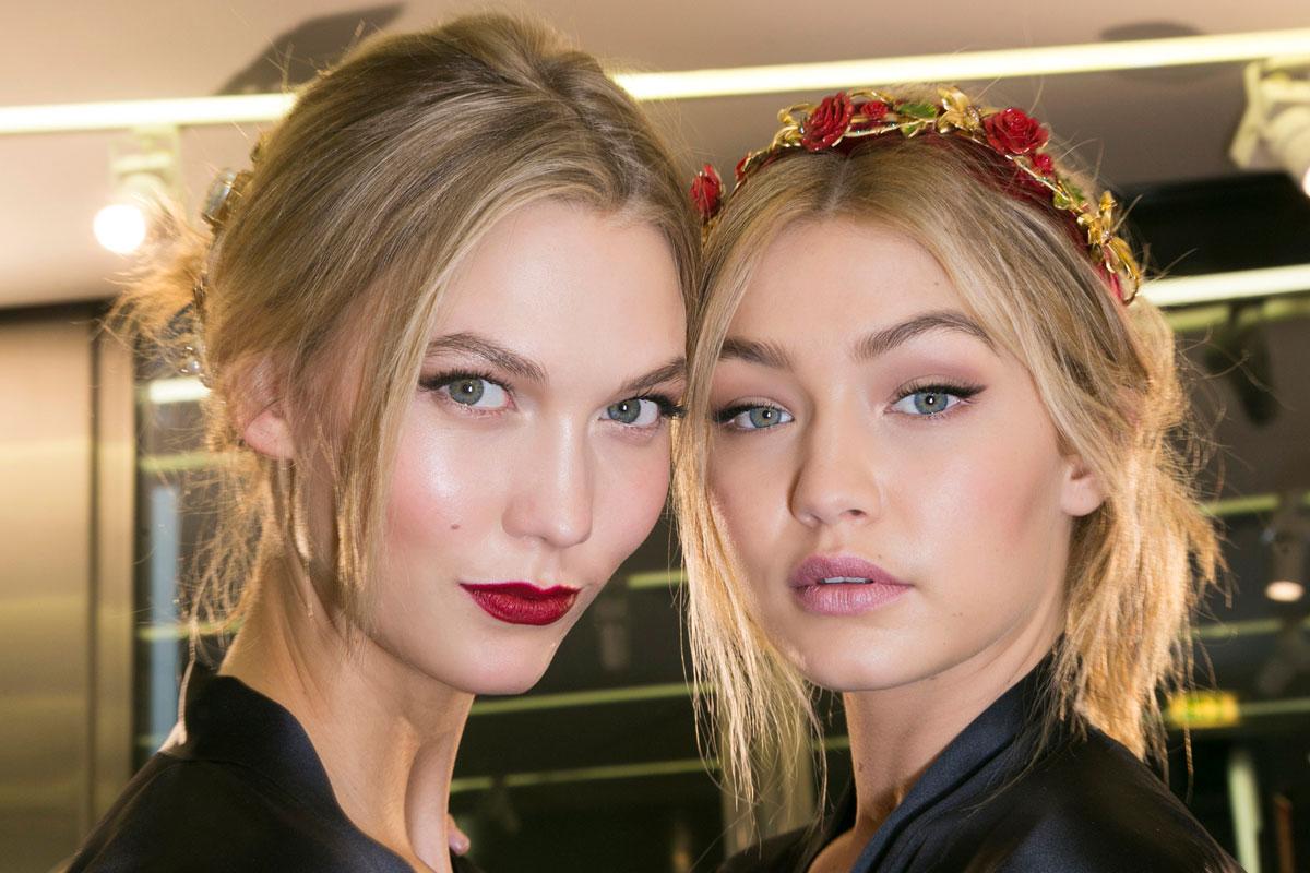 Karlie Kloss y Gigi Hadid antes del desfile otoño-invierno 2015/2016 de Dolce & Gabbana.
