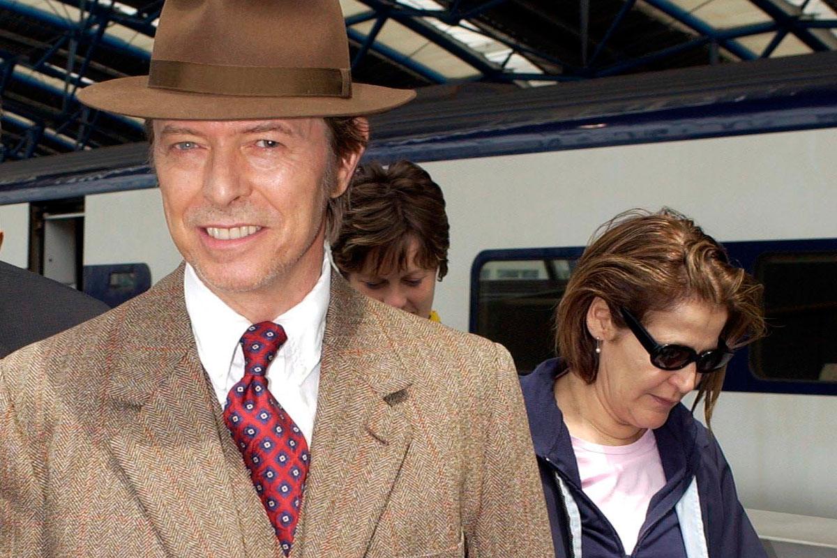 David Bowie junto a su asistente Coco Schwab en Londres (2002).
