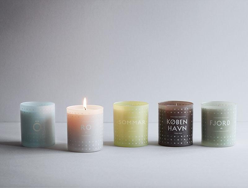 Imprescindible en la cultura Hygge unas velas para ambientar el hogar.
