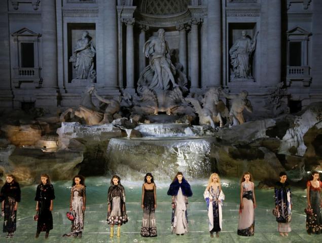 Las modelos desfilan sobre el agua de la Fontana de Trevi en el 90 aniversario de Fendi