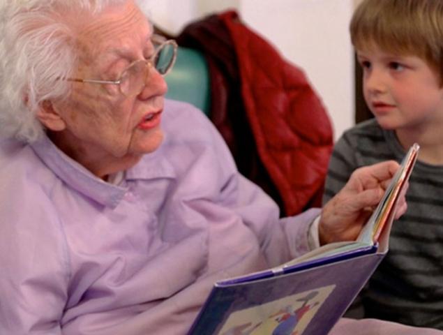 Así funcionan las guarderías en las que los niños y los ancianos se ayudan mutuamente