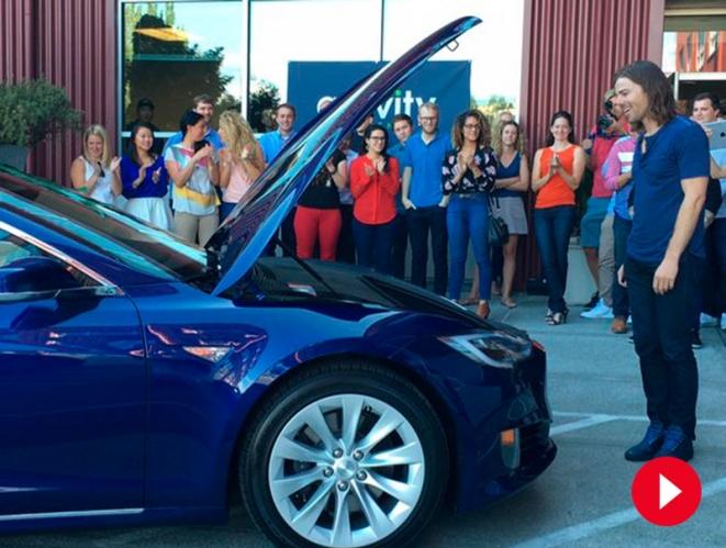 Vídeo: El jefe que subió el sueldo a todos sus empleados recibe de ellos el coche que siempre quiso