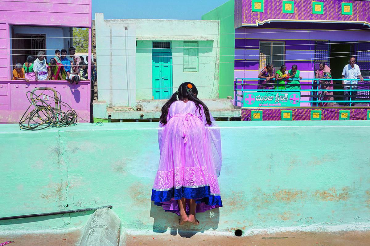 Una niña contempla desde su azotea la procesión del Teru, en la que se arrastra un carro para obtener las bendiciones del dios Kondameedarayudu.