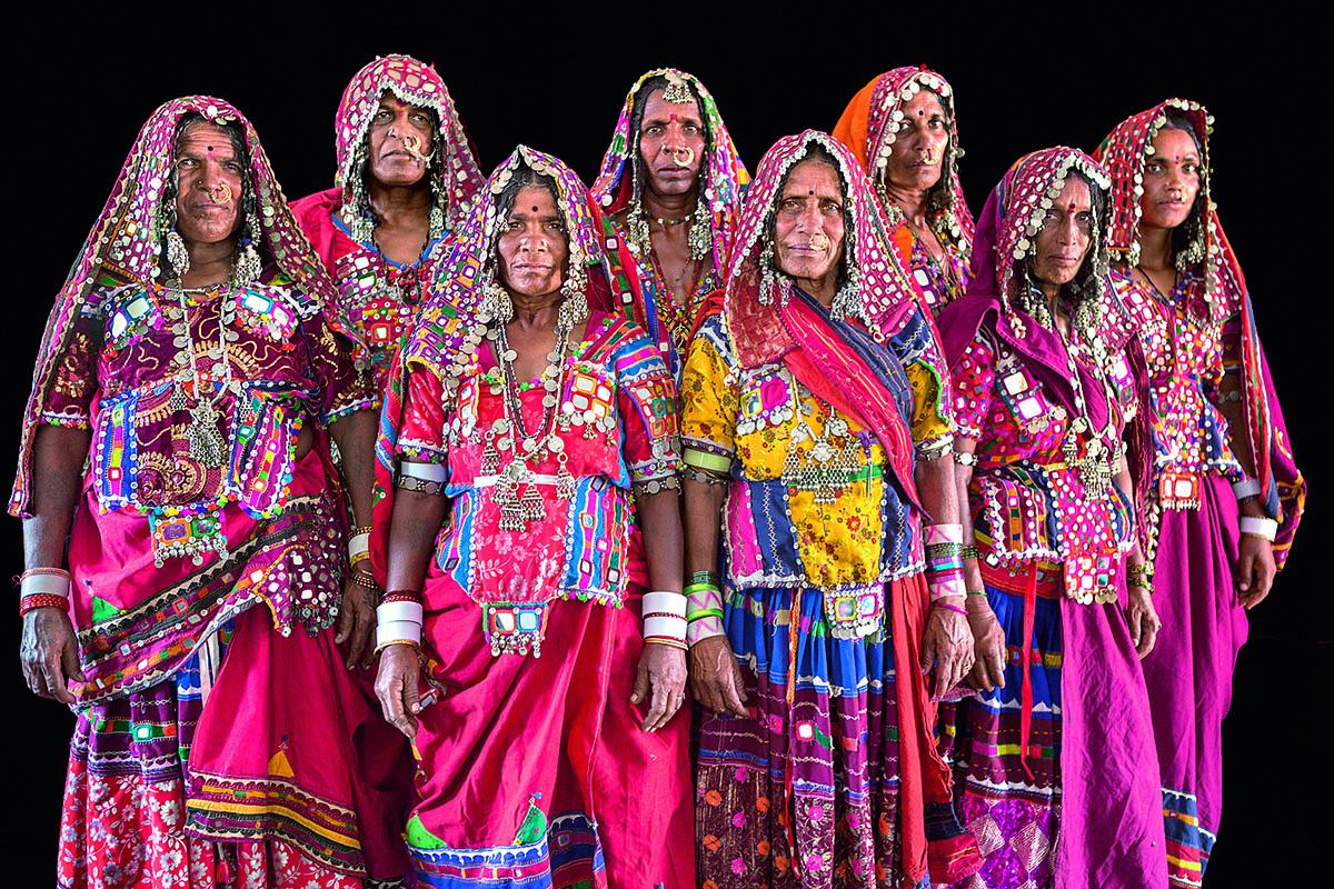 Reunión de mujeres sugalis esperando al político local en Gundala Thanda. «Me llamó la atención el orgullo de sus trajes tradicionales. Se los hacen ellas. Pero por higiene (se tardan dos días en lavarlos y secarlos) los están quitando. Una pena».