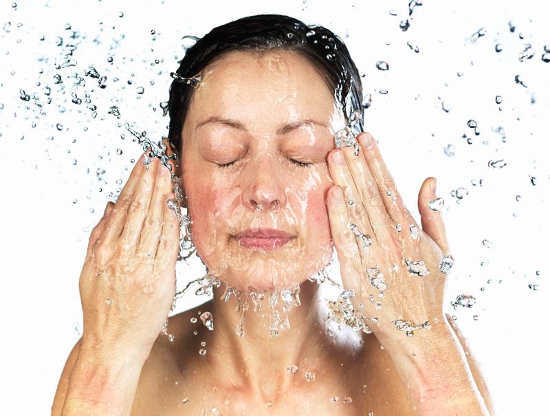 El agua fría activa la circulación y mejora el tono el de la piel.