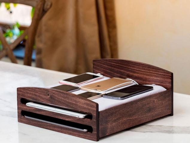 La cama para móviles y otros 20 singulares regalos 'geek' para estas Navidades