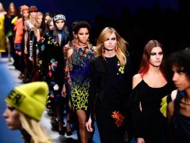 La mujer femenina y poderosa de Versace