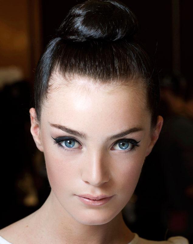 5 trucos de maquillaje para que tus ojos parezcan m s for Como se maquillan los ojos ahumados