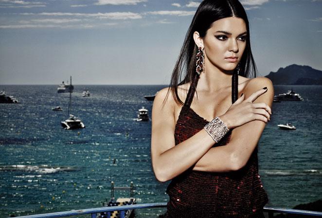 Kendall Jenner. Vestido de Givenchy, pendientes de oro blanco y diamantes y brazalete de oro blanco con diamantes y rubíes, todo de la colección Red Carpet